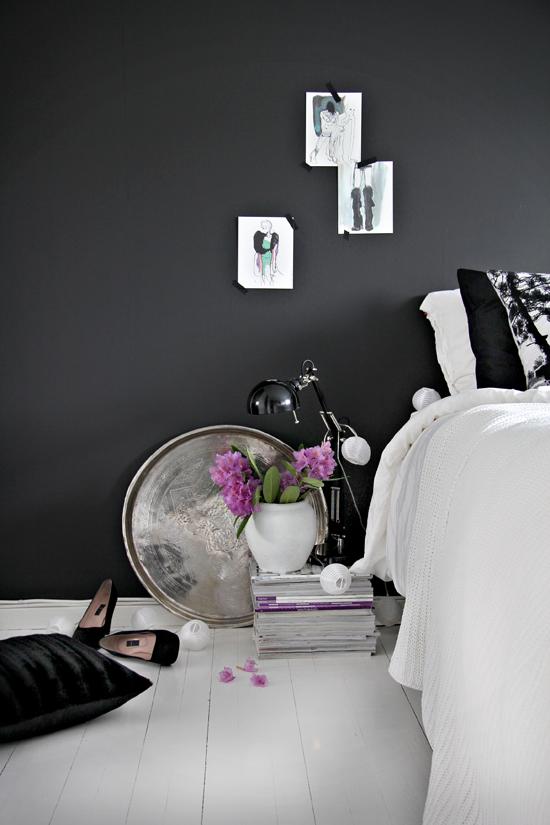 Czarna ściana w pomieszczeniu