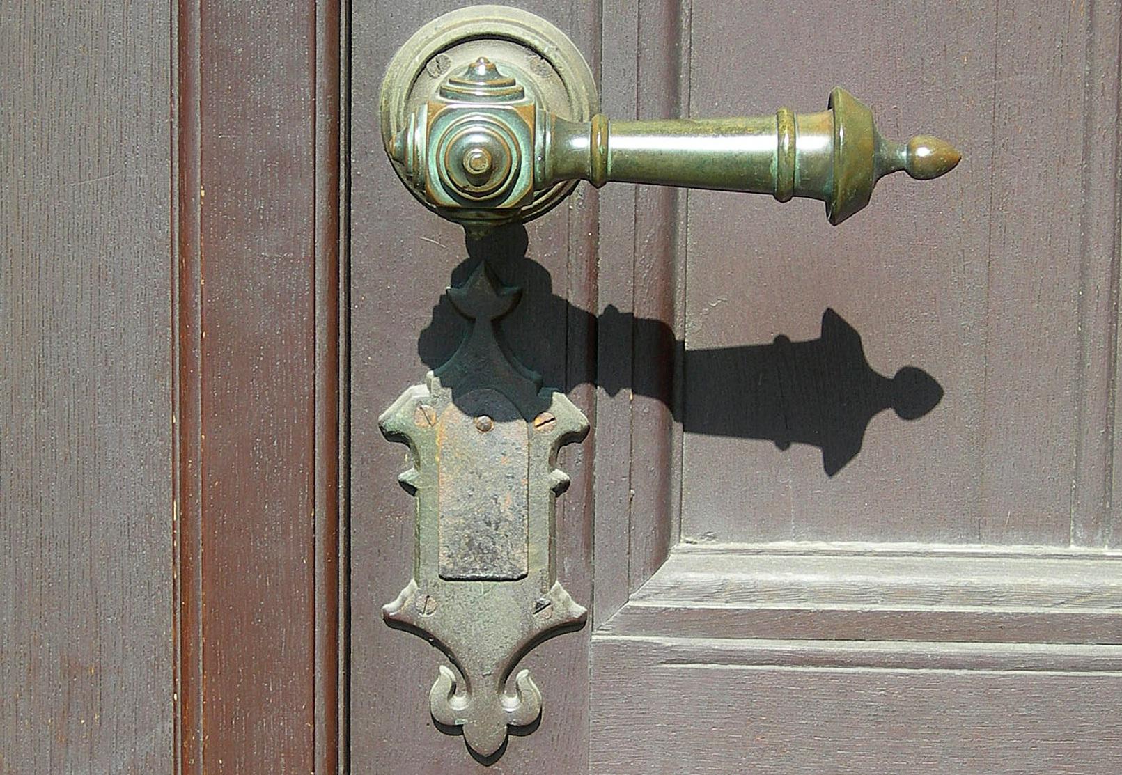 Jak dbać o drewniane drzwi i okna?