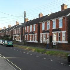 Odwieczny dylemat – domek jednorodzinny czy mieszkanie?