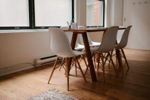 drewniane-biurko-i-krzesła-biurowe_426-19323288