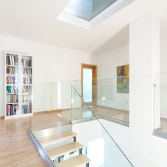 Dekoracyjne drzwi szklane wewnętrzne – sposób na oryginalną aranżację